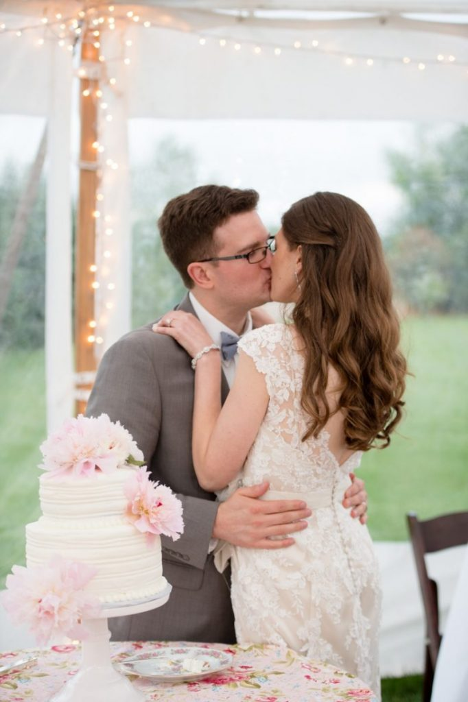 cutting the cake - First Dance! vintage outdoor wedding ideas #vintagewedding #wedding
