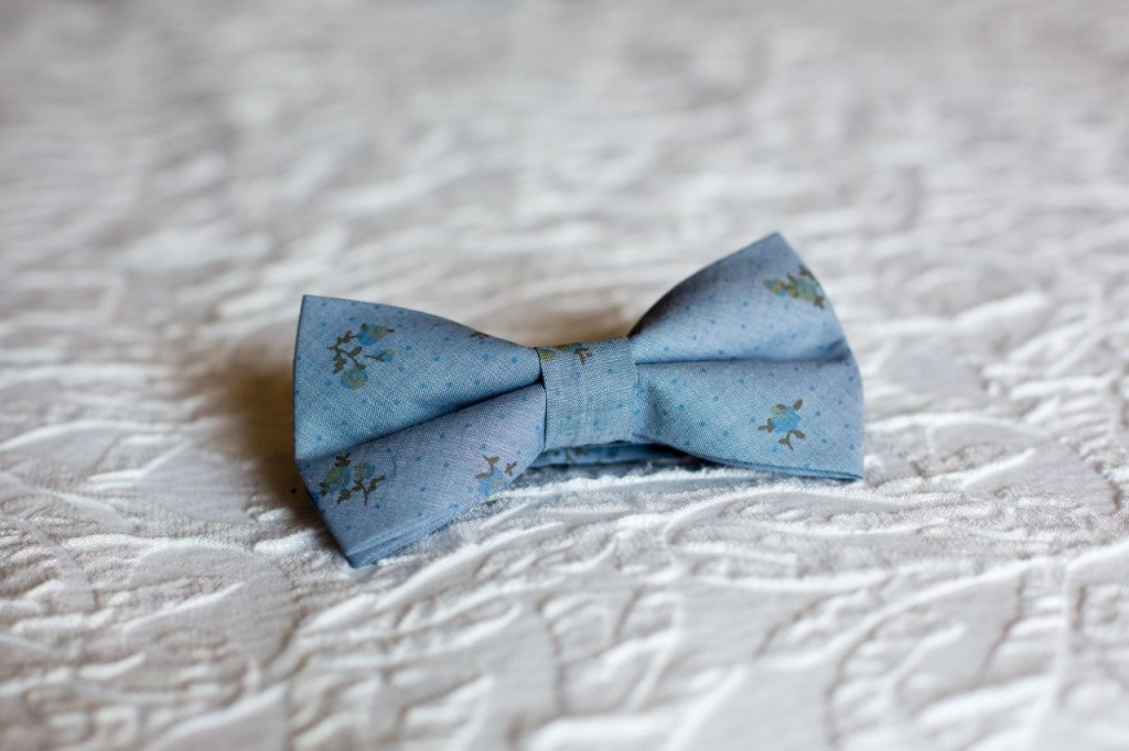 blue calico bowtie from the Tie Bar - vintage theme wedding ideas