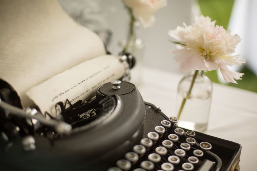 antique typewriter guest book - vintage outdoor wedding ideas #vintagewedding #wedding
