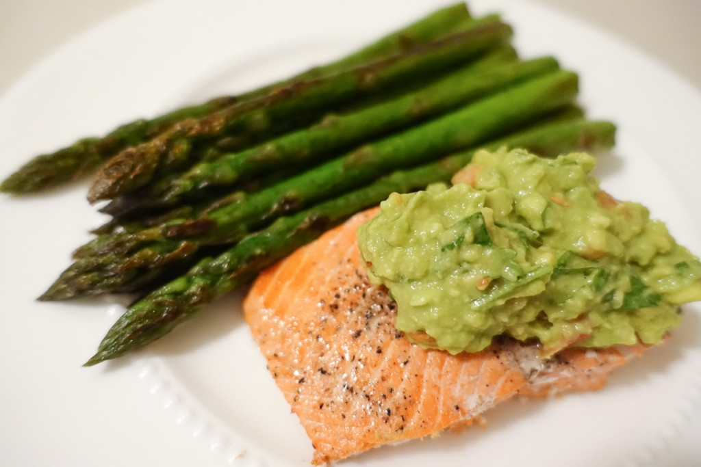 Salmon with guacamole and asparagus